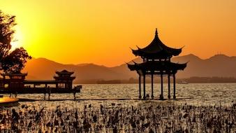 Construcción china al atardecer