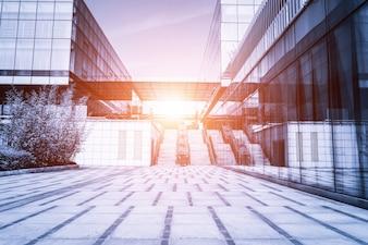 Construccion con escaleras con el sol en medio