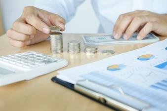 Contador o banquero que calcula el saldo. Financia economía de inversión ahorro de dinero o concepto de seguro.