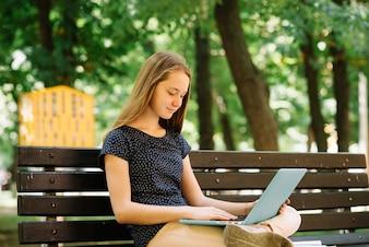 Contenido estudiante usando portátil para los estudios