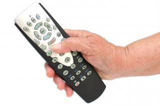 Control remoto en la mano aislados, donde se