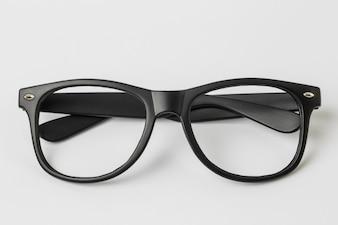 Cool gafas de sol aisladas sobre fondo blanco, vista superior.