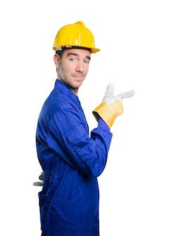 Cool trabajador apuntando sobre fondo blanco