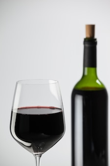 Copa de vino con una botella