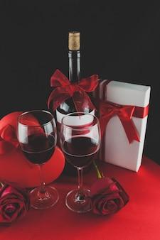Copas de vino con decoración romántica y regalos