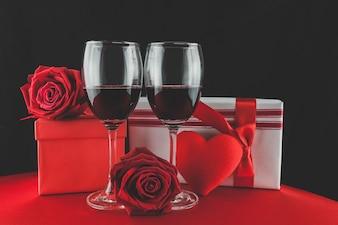 Copas de vino con regalos y un corazón