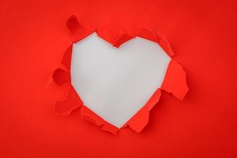 Corazón de papel rasgado con el espacio para el texto.