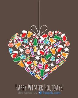 Corazón hecho con objetos decorativos de navidad que cuelga de una cuerda