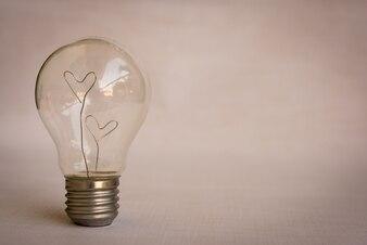 Corazones del amor dentro de la luz blub