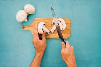 Cortando champiñones con cuchillo