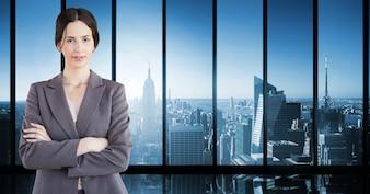 Cortar el lugar de trabajo joven adulto bastante rascacielos