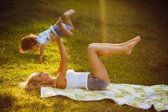 Cortocircuitos feliz joven al aire libre niño
