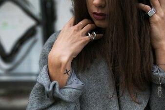Cosecha mujer en accesorios posando en el abrigo