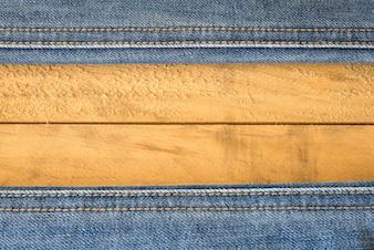Costura de Blue Jeans en la textura de madera