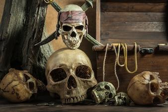 Cráneo del pirata del primer sobre la pila humana del cráneo impresionante