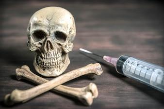 Cráneo humano y concepto de drogadicto de los crossbones