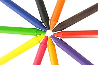 Crayones de cera en el fondo blanco