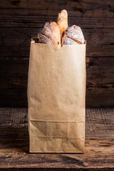 Croissants en la elaboración del paquete sobre un fondo blanco. Fresco