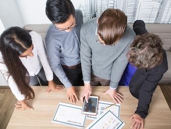 Cuatro colegas del asunto que discuten Diagramas