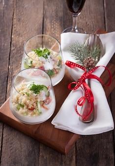 Cubiertos decorados y dos cuencos de cristal con arroz