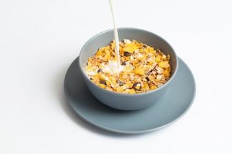 Cuenco con cereales y una cuchara