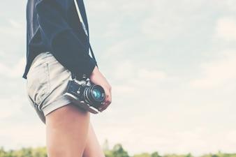 Cuerpo de una chica con una cámara reflex