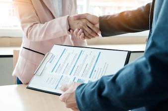 De éxito del equipo de negocios estrechar la mano con eachother en la oficina, concepto de entrevista de trabajo