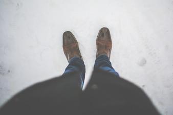 De pie en la nieve