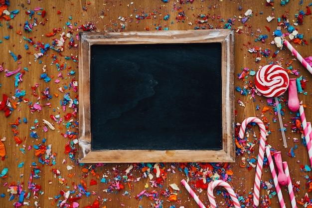 decoracin de cumpleaos con pizarra confeti y bastones de caramelo