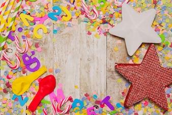 Decoración de fiesta con bastones de caramelo, estrellas y globos