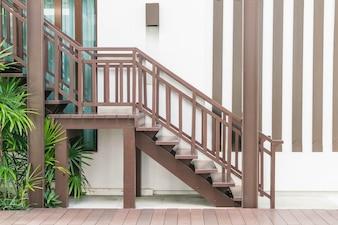 Decoración de madera de la escalera