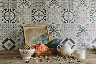 Decoración vintage con marco, nueces y tetera