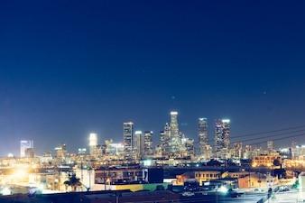 Cielo azul profundo sobre la ciudad
