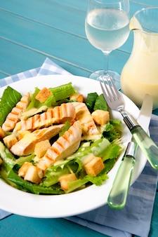 Deliciosa ensalada césar de pollo en la mesa de picnic