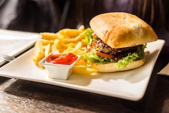 Deliciosa hamburguesa con patatas