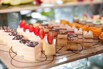 Deliciosas mini tortas en el vector Buffet