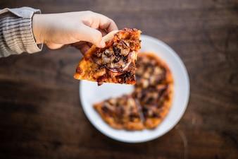 Deliciosas pizzas italianas servidas en mesa de madera