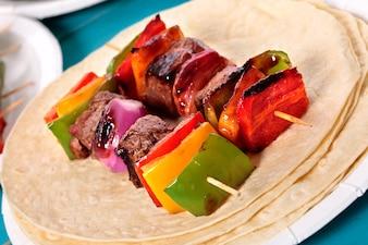 Delicioso pincho de barbacoa con carne y verduras