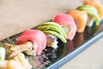 Delicioso sushi con marisco y aguacate
