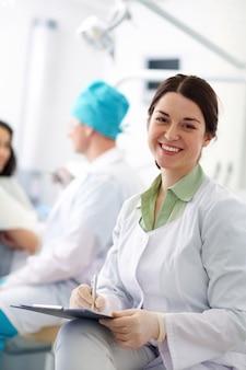 Dentista sonriente en la clínica