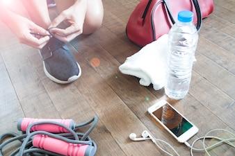 Deporte concepto de fitness con equipos femeninos y deportivos, dispositivo móvil y el agua, Estilo de vida saludable