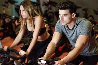 Deportes de equipo de deportes de bicicleta joven