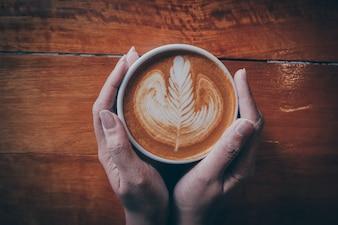 Desayuno caliente rústico bebida en mal estado