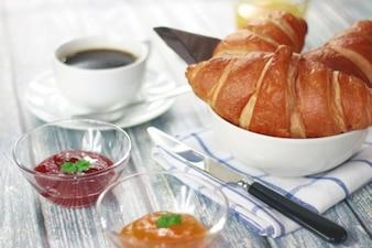 Desayuno con croissant y mermelada