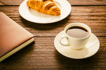 Desayuno de croissant y café