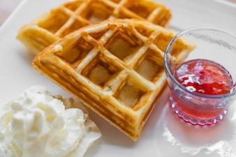 Desayuno de mermelada y gofres