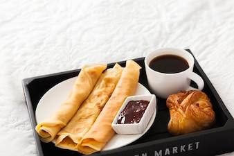 Desayuno sabroso en la bandeja