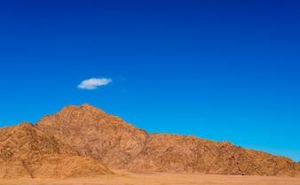 Desierto paisaje con nubes