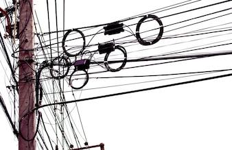 Desordenado cables eléctricos aislados sobre fondo blanco