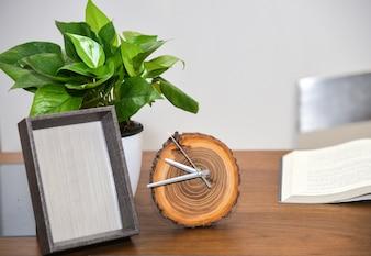 Despertador y planta en el escritorio